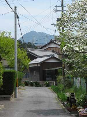 滋賀県湖東の浮気集落からのぞく三上山