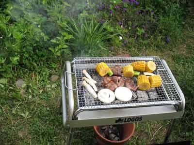 羊肉等を使った庭での炭火焼き