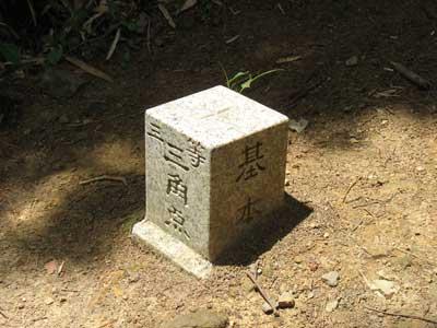 大文字山山頂に新しく設置された三等三角点の標石