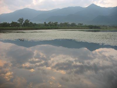 近江舞子雄松浜裏の内湖(小松沼)に映る打見山から堂満岳までの比良山脈