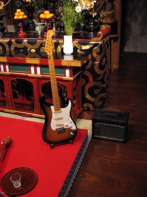 京都太秦(常盤)「西方寺」の本堂特設舞台に置かれた、音楽ユニット「吉田エアプレイン」のボーカル&ギターSeiranのストラトキャスター