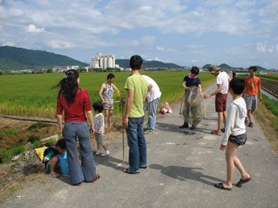 鯰を獲って食べる鯰会のため滋賀県湖東平野の耕地に集まった人々