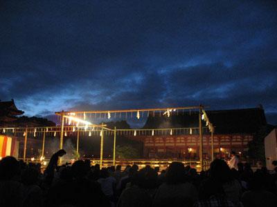 第59回京都薪能のために平安神宮境内に設けられた能舞台と夕暮れに開演を待つ観衆