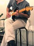京都市左京区吉田の「カルチャーガーデン吉田之森」開催の「胡羌鬲絶�U展」で行われた「吉田エアプレインライブ」で歌とエレキギターを担当するSeiran