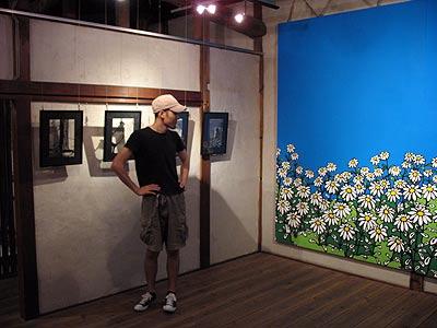 大阪茨木のギャラリー「la galerie(ラ・ガルリ)」で開かれた個展の撤去前に大型絵画作品に見入る画家・林雅彦氏
