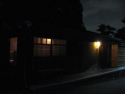 来田猛・白子勝之の写真と漆の作品展「線という形 闇という色」が開かれている西行庵とその茶室「皆如庵」の夜景(京都市東山区)