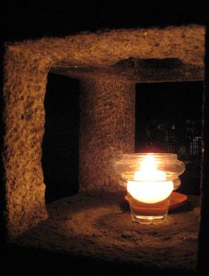 初詣に出掛けた上御霊神社の灯籠灯火