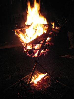 年明けの晩に訪れた上御霊神社の境内に焚かれた篝火