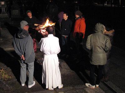 上御霊神社の神職や氏子さん達とも歓談する越年宴席の参加者