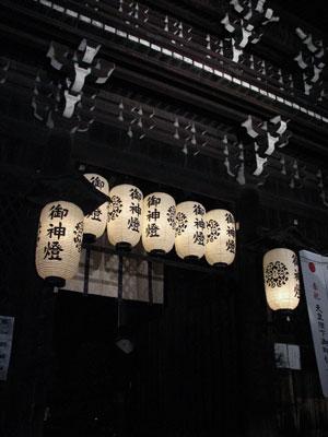 正月夜更けの上御霊神社西楼門と提灯あかり