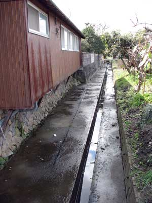 若槻環濠集落第2期目に造られた水濠跡とみられる溝と集落側微高地に沿う段差