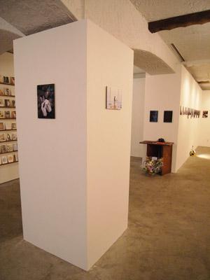 京都市左京区のギャラリー「スペースオルタナティブ」で開かれた高潔(Gao Jie)の写真展「恒河少年」の様子
