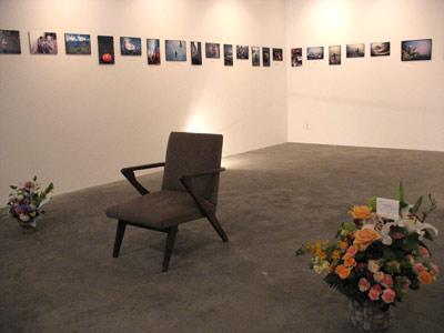 京都市左京区のギャラリー「スペースオルタナティブ」で開かれた高潔(Gao Jie)の写真展「恒河少年」の終了時の様子