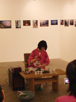 恒河少年展にて雅やかな所作で茶を用意するDさん
