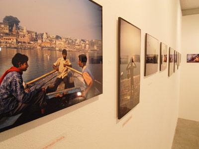 高潔(Gao Jie)写真展「恒河少年」で主展示室に設置されたメイン作品群