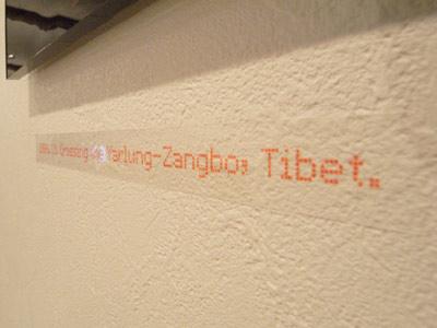 高潔(Gao Jie)写真展「恒河少年」の各作品下に付された特殊フォントを用いた藤氏制作のキャプション
