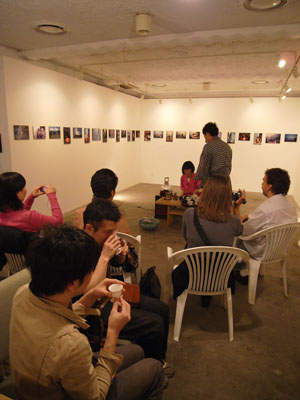 2009年4月19日日曜午後、恒河少年展にて急遽行われた、高君の学友で雲南省出身の茶人Dさんによる中国茶接待の様子