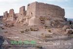 胡羌鬲絶東京展の案内状(DM)表面に印刷された、通称河倉城と呼ばれる中国敦煌の漢代遺跡