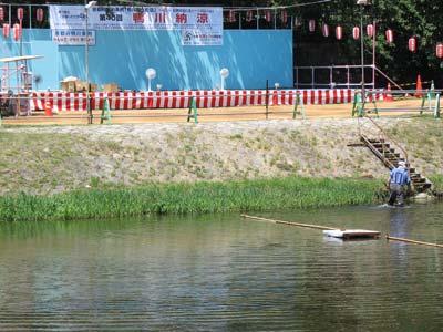 猛暑日の京都・賀茂川(鴨川)で開かれていた「鴨川納涼」の河岸舞台と川面