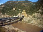黄土高原中を流れる黄色く濁った渭水と、新たに開通していた高速道路(連霍高速?)の橋とトンネル