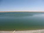 敦煌近郊緑州集落「南湖」南辺にある、漢代の泉「渥わ水」跡とみられる「渥わ池」の堤と広大な水面