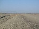 中国甘粛省西部・敦煌郊外の党河から南湖集落までの約10kmを塞ぐ、漢代長城遺構とされる土塁