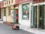 全市停電により店前に発電機を置いて営業する中国西部敦煌の食堂