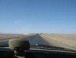 タクシー車内から見た、中国西部敦煌近郊集落「南湖」へ続く荒漠の一本道