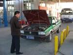 中国西部敦煌から安西(瓜州)方面の漢代遺構の見学出発前に市内燃料スタンドにて補給するチャーター・タクシーと司機のW氏