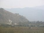 丘上に頻繁に黄土造りの古城塞を見る、中国西部甘粛の黄土地帯をゆく列車車窓