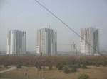 北京西駅行き特快列車の窓から見た、北京郊外で建設中高層住宅
