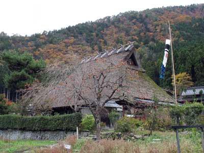 紅葉の里山に抱かれた茅葺古民家を活用する、京都府南丹市美山町北村の「ちいさな藍美術館」