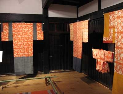 京都府南丹市美山町北村の「ちいさな藍美術館」1階に展示された「紅板締め」の現物史料