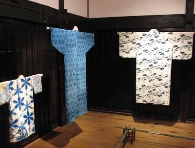京都府南丹市美山町北村の「ちいさな藍美術館」に展示された「藍板締め」や「出雲藍板締め」の現物史料