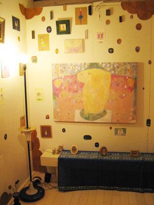 大小様々な作品が鏤められた、加藤智哉「星のみちしるべ展」の一景(ギャラリー「Halo Galo」にて)