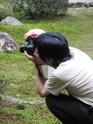 庭園内にて作品の記録撮影をする写真家・来田猛