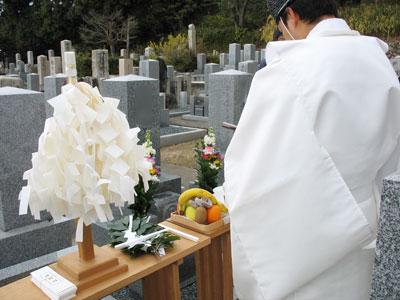 神職主導による神式で執り行われる墓前での納骨式。京都市左京区にて