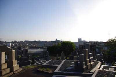 加藤智哉個展「星は輝くリズム」が開かれた、大阪枚方「星ヶ丘洋裁学校」の隣接墓地から眺めた丘上の眺め