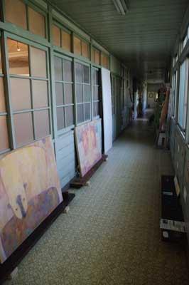 加藤智哉個展「星は輝くリズム」が開かれた大阪枚方「星ヶ丘洋裁学校」の古い木造校舎内部の廊下