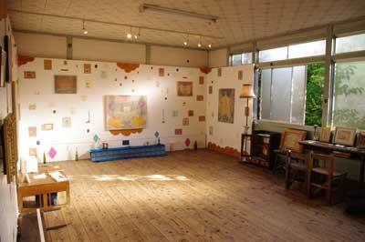 加藤智哉個展「星は輝くリズム」が開かれた、大阪枚方「星ヶ丘洋裁学校」の古い木造校舎内に展示された一面の加藤ワールド