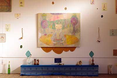加藤智哉個展「星は輝くリズム」が開かれた、大阪枚方「星ヶ丘洋裁学校」の古い木造校舎内最奥に飾られた大型作品と小作品・小物たち