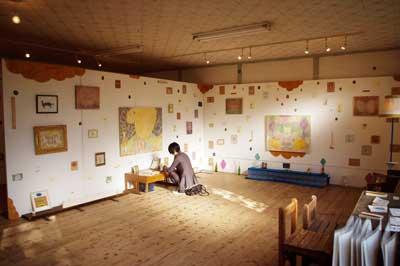 加藤智哉個展「星は輝くリズム」が開かれた、大阪枚方「星ヶ丘洋裁学校」の古い木造校舎の外窓側から見た展示室主室の様子