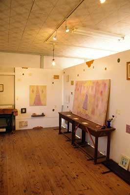 加藤智哉個展「星は輝くリズム」が開かれた、大阪枚方「星ヶ丘洋裁学校」の古い木造校舎内の廊下側展示室の様子