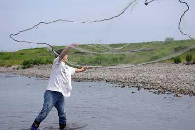 滋賀県湖東の川で行われた網会で、網が綺麗に空中に広がる見事な第一投を見せる今回の指導員I氏