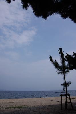 天候が今いちすぐれない、滋賀県琵琶湖西方・近江舞子の砂浜湖岸