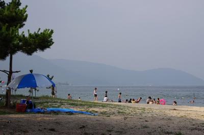 天候が回復し始めた、滋賀県琵琶湖西岸・近江舞子の砂浜湖岸と遊泳客の盛り上がり