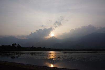 滋賀県琵琶湖西方の堂満岳に落ちる夕陽と、近江舞子雄松浜裏の内湖「小松沼」に映る「逆さ比良」