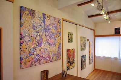 西垣聡個展「ヒトコト〜存在と色と形〜」の会場「belle gallery」の展示風景