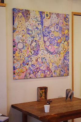 西垣聡個展「ヒトコト〜存在と色と形〜」の会場「belle gallery(antique belle2階)」に飾られた大型作品