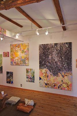 西垣聡個展「ヒトコト〜存在と色と形〜」の会場「belle gallery」の展示風景と巨大作品